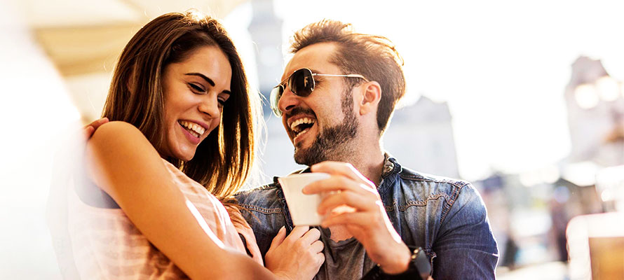 Come flirtare con una ragazza con giochi di flirt