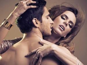 uomo stimola la donna sessualmente
