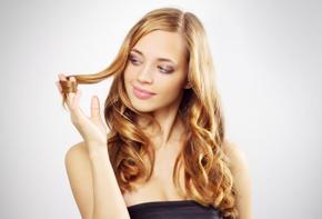 toccarsi i capelli linguaggio del corpo